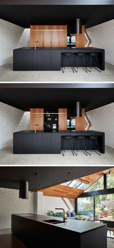 Küchenbereich mit Kochinsel und Küchenschränke