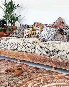 Cushions and rugs with a lot of motifs: the essential of a bohemian decoration! # boho # deco - New Deko Sites Interior Design Living Room, Living Room Decor, Karton Design, Style Deco, Bohemian Decor, Modern Bohemian, Floor Cushions, Home Decor Inspiration, Decor Ideas