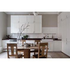Classic Stockholm kitchen at #Mosebacke new listing by @nerminfastighetsmaklare  styling @linneasalmen photo @_mikaelaxelsson #kitchen #svartensgatan #scandinaviandesign #stockholmdeco