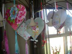 Houten harten beplakt met behang