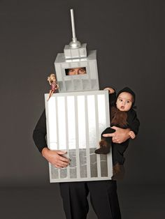 DIY Halloween: King Kong and the Empire State Building Costumes -- Hilarious! Halloween 2018, Halloween Costumes To Make, Cute Costumes, Baby Costumes, Holidays Halloween, Halloween Kids, Halloween Party, Halloween Tricks, Family Costumes