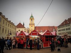 #bratislava #weihnachtsmarkt #altstadt   Travelcontinent Bratislava, San Francisco Ferry, Advent Season, Christmas Time, Red Roof, Christmas Carols Songs, Old Town, Mood