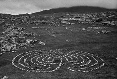 """Laberinto.  Richard Long (1971). Connemara, Irlanda  """"La música de las piedras, senderos de huellas compartidas, dormirse acunado por el fragor de un torrente"""".  Richard Long convirtió su afición a las caminatas en una de las más finas manifestaciones del Land Art: círculos de piedras, laberintos prehistóricos, líneas de cantos rodados que evocan calma, libertad, ligereza."""