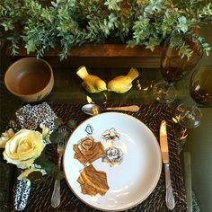 Amar é...  jantar com seu amor.   Mais inspiração pra decorar a mesa? Visite www.EuQueDecoro.com.br