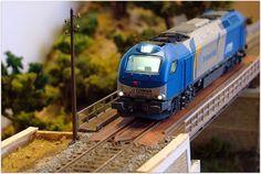 Locomotora diesel 335 COMSA circulando por los campos de Castilla, escala H0.