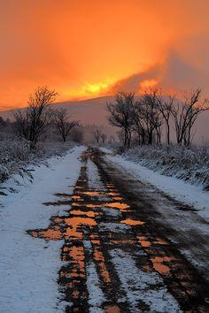 Sunset in a snow landscape Beautiful Sunset, Beautiful World, Simply Beautiful, Beautiful Places, Outdoor Fotografie, Landscape Photography, Nature Photography, Winter Scenes, Belle Photo