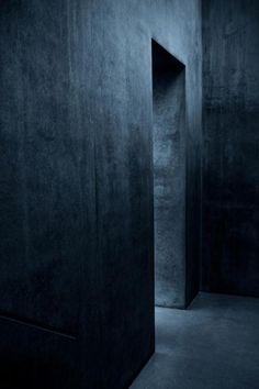 dunkle wände in szene setzen: würde hier mit einzelnen spotleuchten im warmton arbeiten (anstatt flächiges, kaltes licht)
