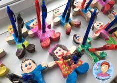 Pennenhouder voor vaderdag van klei, kleuteridee. Clay Crafts, Crafts For Kids, Arts And Crafts, Cool Stuff, Diy, School, Craft Ideas, Letters, Garden