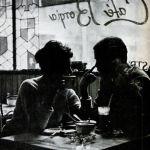 Por: Ana RamírezMe lo encontré en un café de la plaza León. Miraba el periódico, tan fresco como siempre. Deduzco que no me vio, conociéndole se hubiera levantado gustoso buscando un abrazo.Estaba en su mesa la cerveza de costumbre y en su mirada la pasividad de antaño.Ojeaba una a una las páginas, revisaba las letras, …
