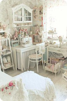 Love this craft room!  Don't think I'd get much done here...It's too pretty to mess up.