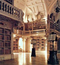 Mafra, in Portogallo, Biblioteca del Palazzo Nazionale. Fu disegnata in puro stile Rococò dall'architetto portoghese Manuel Caetano de Sousa (1738 - 1802) che creò anche qualcuna delle legature dei 35.000 libri della biblioteca.