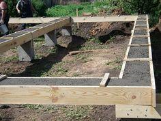 Столбчатый фундамент на сваях с ростверком – жесткая железобетонная конструкция, состоящая из расположенных в определенном порядке свай, связанных ростверком