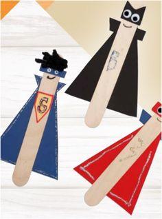 1. Knip een cape, kraag en masker uit karton. Lijm de uitgeknipte onderdelen op het ijsstokje.  2.2. Lijm wiebelogen op het gezicht en decoreer de cape met glitterverf of een verfstift. Diy For Kids, Symbols, Letters, Paper Board, Letter, Lettering, Glyphs, Calligraphy, Icons