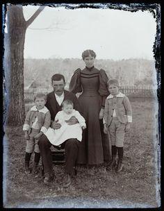 1890 - Anglonautes > Images > Photos > Noir et blanc / Black and white > Family by Hugh Mangum Vintage Photos Women, Vintage Pictures, Vintage Photographs, Vintage Images, Time Pictures, Old Pictures, Old Photos, Images Photos, Family Portrait Photography