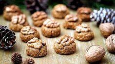 Vyzkoušejte tradiční bulharské cukroví orehovki (česky ořechovky), které je velmi jednoduché na přípravu. Zvládnou ho i ti, kteří nemají s pečením velké zkušenosti nebo ti, kteří neradi cukroví pracně vykrajují a zdobí. Navíc je bez mouky a bílého cukru!