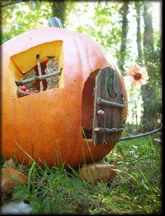 pumpkin fairy house, halloween O my my newest pumpkin theme! Halloween Fairy, Holidays Halloween, Halloween Pumpkins, Halloween Crafts, Halloween Decorations, Autumn Crafts, Holiday Crafts, Pumpkin Fairy House, Image Deco