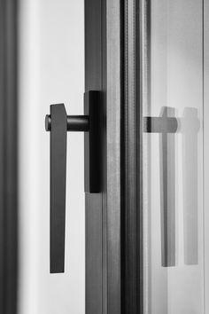 Perfecte match! 🖤 Dit strakke en stijlvolle draaikiepgarnituur is tijdloos en gaat perfect samen met het zwarte raamkozijn. Bekijk ons uitgebreide aanbod van zwart raambeslag nu in de shop!