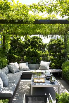 Sitting area with Wisteria-covered pergola on terrace for Michael Kors Rooftop Terrace Design, Terrace Decor, Terrace Garden Design, Back Garden Design, Backyard Patio Designs, Garden Seating, Patio Ideas, House Garden Design, Garden Ideas