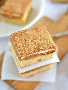 With a thick layer of caramel sandwiched between a snickerdoodle and white chocolate, these Caramel Snickerdoodle Bars are no friend of skinny jeans. But oh my goodness, how they're worth it. | snickerdoodles | homemade snickerdoodles | cookie recipes | r
