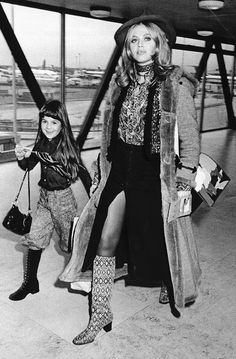 """""""Travel Goals: Britt Ekland (with daughter Victoria Sellers) """" 70s Inspired Fashion, 60s And 70s Fashion, Retro Fashion, Vintage Fashion, Korean Fashion, Vintage Outfits, Lauren Hutton, Patti Hansen, Airplane Outfits"""