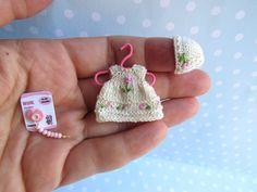 ANZIEHBAR. Miniatur Kleid + Mütze, NUCKEL für 4,5 - 5,5 cm OOAK miniatur Baby Puppe. Handgemachte Puppenkleidung für Puppenstube 1:12 von YuliyasOOAKdolls auf Etsy