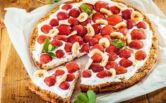 [Recette de saison🍓] Pizza sucrée fraise banane 😍   #pizzasucrée #fraise #banane #recettedesaison #recettesimple #recettefacile Candy Recipes, Dessert Recipes, Small Desserts, Choux Pastry, Food Wallpaper, Dessert Drinks, Mini Cakes, Flan, Food To Make