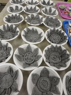 Elementary Art Lessons – Annie Jewett's Art Room Elementaire kunstlessen – Annie Jewett & # s Art Room Clay Projects For Kids, Kids Clay, School Art Projects, Clay Art For Kids, Class Projects, Ceramics Projects, Sculpture Projects, Book Sculpture, Ceramic Sculptures
