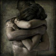 Abbraccio    Stasera vorrei donarti un abbraccio. Un abbraccio così forte da farti perdere il respiro, solo per un attimo senza respiro. Così grande per avvolgerti tutto  e vedere la sorpresa nei tuoi occhi. Un abbraccio così dolce in modo che il tuo cuore  se lo possa ricordare, così dolce perché possa trasmettere tutto il mio amore. Un abbraccio ... Un abbraccio così bello da far muovere le tue braccia  a chiudersi su di me in un abbraccio ricambiato. Un abbraccio pieno di tutto questo  in…