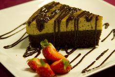 El pastel imposible, a veces conocido como pastel diplomático, chocoflan o pastiflan es realmente delicioso e impresionante!! El flan va arriba de un pastel de chocolate y todo se cubre en un poco de cajeta decorado con nueces.