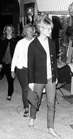 Brigitte Bardot en simplicité! https://vieuxneufrecycle.wordpress.com/2016/02/27/icones-de-mode-brigitte-bardot/