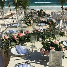 "CB323 wedding riviera Maya different kinds of centerpieces for ""s"" long table with greenery and pink flowers/ mezcla de diferentes centros de mesa para mesa larga en ""s"" de follajes y flores todas"