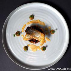 Dieses Rezept ist ein wunderbar herzhaftes mediterranes Fischgericht: Wolfsbarsch, Gemüse, Auberginenpüree und Chorizo-Soße passen wunderbar zusammen.