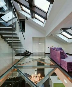 Casa com piso de vidro sustentado por estrutura metálica e teto com clarabóia.