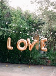 giant letter balloons at weddings. Today we're sharing seven super fun (and easy!) ways to decorate weddings with letter balloons or numeral Name Balloons, Rose Gold Letter Balloons, Love Balloon, Ballons Mylar, Letter Ballons, Balloon Ideas, Rehearsal Dinner Decorations, Wedding Reception Decorations, Rehearsal Dinners