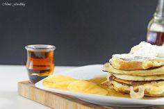 Buttermilch Pancakes mit Ahornsirup sind schnell zubereitet und ein wunderbares Frühstück an langen Wochenenden. Oder auch als süßes Mittagessen.