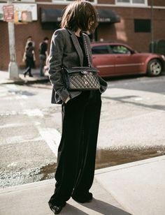 Réchauffé d'un blazer boyish, le pantalon large en velours gagne en portabilité (look Vince - photo Z Hours)