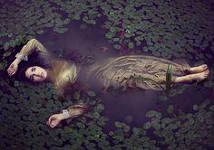 Eine Frau schwimmt im Fluss Fantasy Photography, Underwater Photography, Corset Photography, Water Shoot, Poses Photo, Water Nymphs, Pre Raphaelite, Photoshoot Inspiration, Character Inspiration
