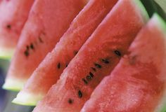 ❥ Fat fighting foods~Watermelon~   Foods that are high in water content take up more room in the gut, Bonci says. This signals the body that you've had enough to eat and leaves less room for other foods. Many raw fruits and vegetables are chock-full of water and nutrients, but low in calories. Watermelon is a great example. It's a rich source of the antioxidant lycopene and adds some vitamins A and C to your day, too.