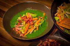 Kelkáposzta szuper egészségesen, nem a szokványos módon elkészítve. Ez most egy kicsit pepecselősebb, de nem nehéz recept. Most van a szezonja a különböző káposztaféléknek, ezért újragondoltam a közismert kelkáposzta főzeléket. Ma már könnyen elérhető, átlagos zöldségekkel és egy kis csavarral…