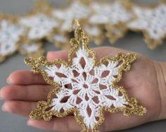 Boa tarde gente!     Já estão decorando a casa para o natal?     Que tal fazer esses ornamentos e decorar criando um varalzinho ou enfe...