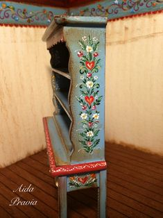 Wooden bookcase painted in blue, lavishly decorated with flower garlands. Painted Bookshelves, Wooden Bookcase, Hand Painted Furniture, Art Furniture, Tole Painting, Painting On Wood, Bordado Popular, Dollhouse Furniture, Ladder Decor