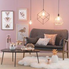 objets décoratifs pour une deco argenté, salon moderne aux murs rose pâle avec suspension luminaire de style industriel et cadres photos en bois