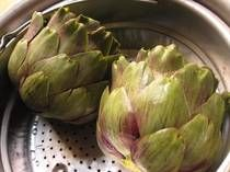 Steamed artichokes are an easy and delicious appetizer or starter. Offer them with a vinaigrette, mayonnaise or Hollandaise sauce for dipping. Artichoke Soup, Artichoke Chicken, Vegetable Sides, Vegetable Recipes, Great Recipes, Snack Recipes, Interesting Recipes
