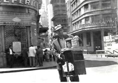 E de lá sai esta foto de um periquito da sorte. Coisa de tempos mais ingênuos e tranquilos.  A legenda diz que é no Rio dos anos 50. Onde seria?  16/01/2016 Publicada por luizd.rio
