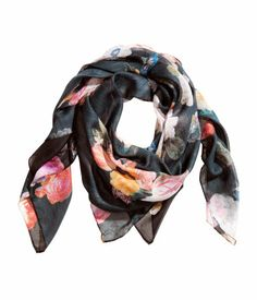 Scarf in airy woven fabric with printed pattern. Size 51 1/4 x 51 1/4 in   H&M
