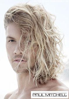 Beachwaves für entspannten Surfer-Look: http://www.cosmoty.de/frisuren/geschlecht/M%E4nner/10817/