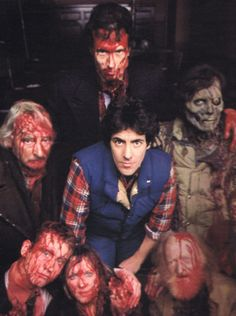 David Naughton con las personas que asesina en 'An American Werewolf in London'