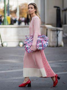 ニューヨーク、ロンドン、ミラノと続いてきた2018春夏コレクションも、いよいよフィナーレの地パリへ。四大都市のファッションウィークの締めくくりとなるパリでは、スナップ常連のファッショニスタのみならず豪華なセレブリティも多数来場。装いもぐっと華やかになるパリの地で、オフランウェイのスナップバトルをデイリーでお届け!