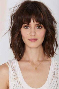 Οι αφέλειες στο summer hair look Μετά το λούσιμο, δώστε όγκο και απλά στεγνώστε τα μαλλιά σας με το σεσουάρ. Πριν και μετά το στέγνωμα χρησιμοποιήστε ένα προϊόν που διευκολύνει το styling και αρχίστε να παίζετε με τα μαλλιά σας για ένα ανέμελο αποτέλεσμα.