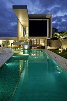 Escolha coerente de materiais e ambientação externa criam piscinas espetaculares para a casa